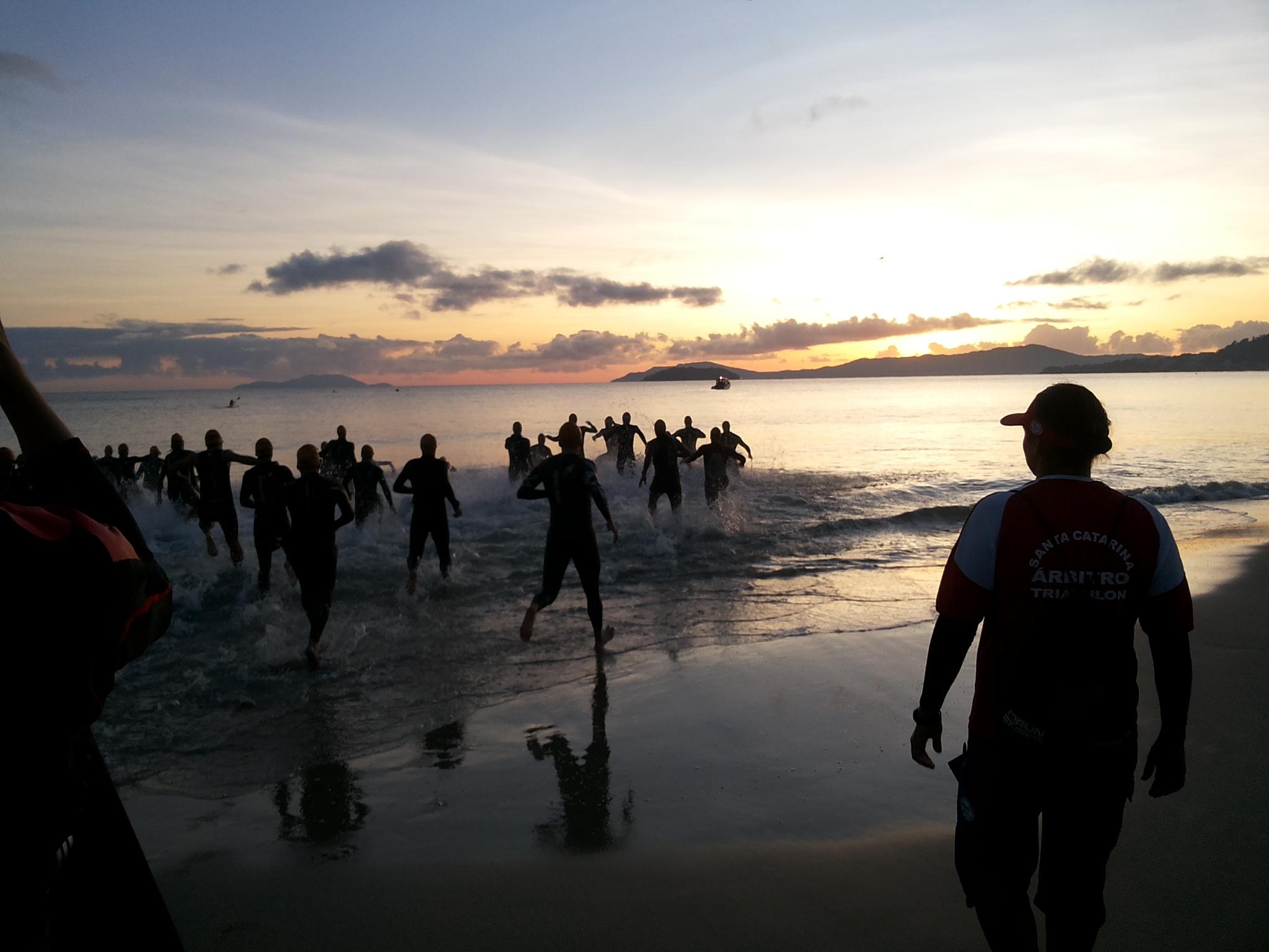 Triathlon madrugadão ao nascer do sol